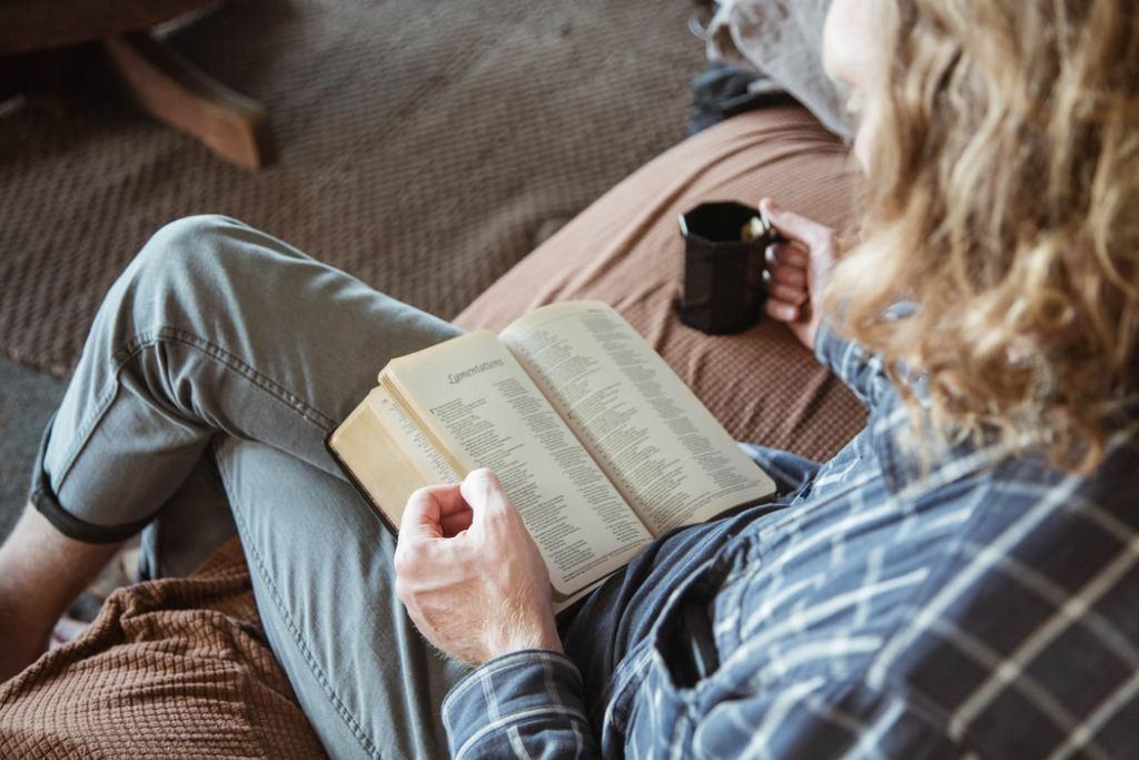 persona leyendo en un salón con materiales naturales